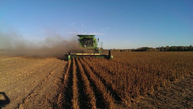 John deere 9500 combining soybeans